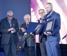 Adam Pogorzelski odbiera nagrodę targów Światło 2019